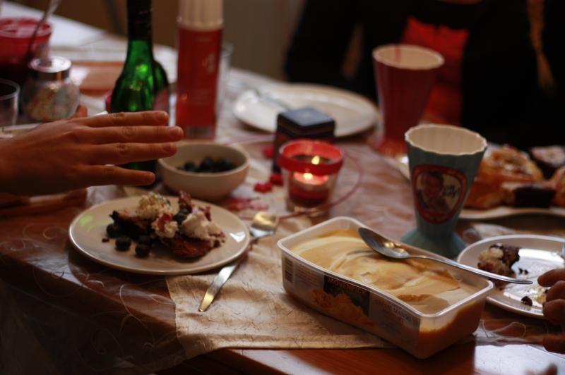 ... Eis, Sahne, Beeren, Schokolinsen Etc Auf Den Tisch Stellen, Freunde  Einladen Und ...